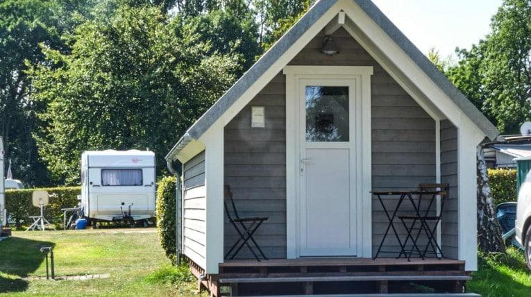 Die Campinghütte ANNIKA ist ein kleines aber feines Ferienhäuschen im skandinavischen Stil.