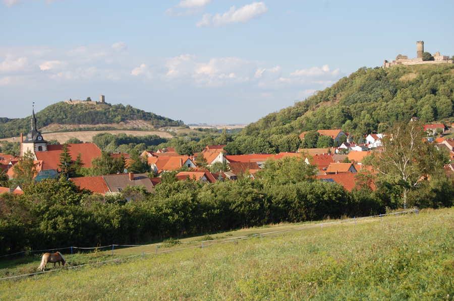 Mühlberg mit Mühlburg und Burg Gleichen.