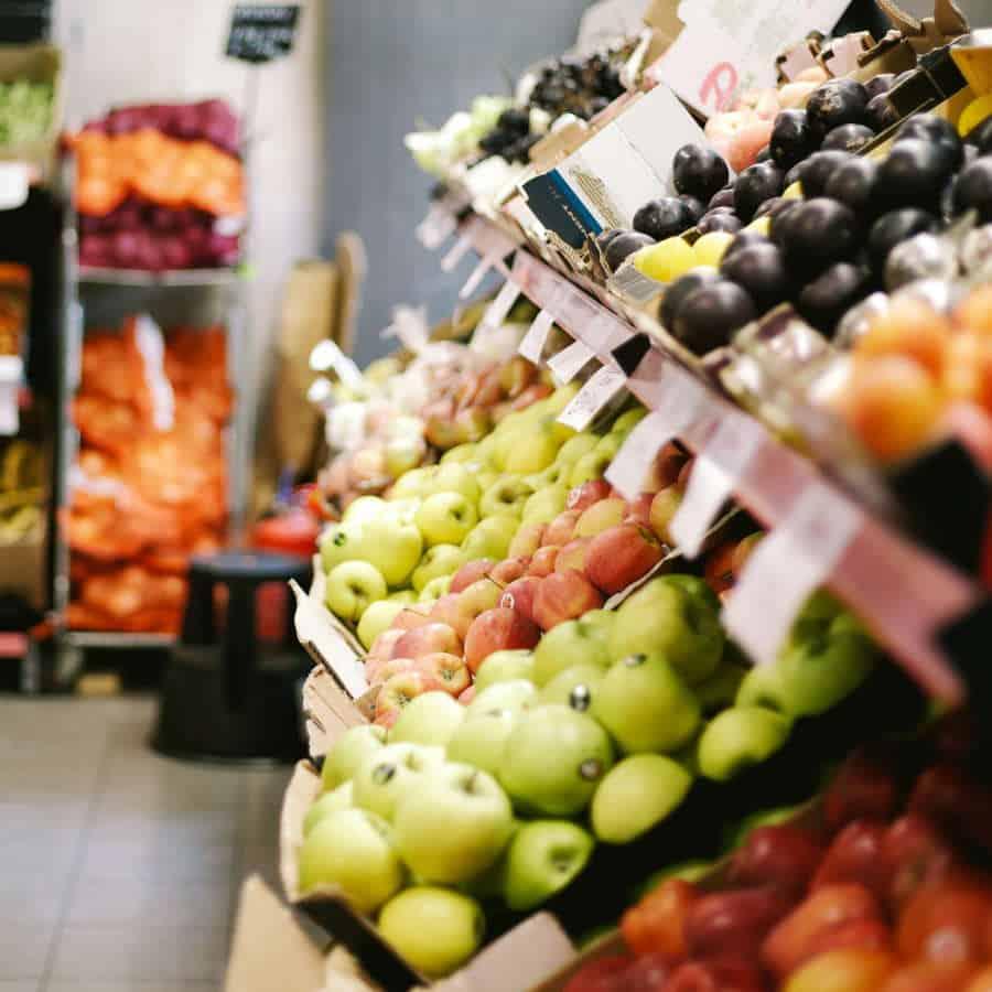Supermarkt mit frischen Obst- und Gemüsesorten