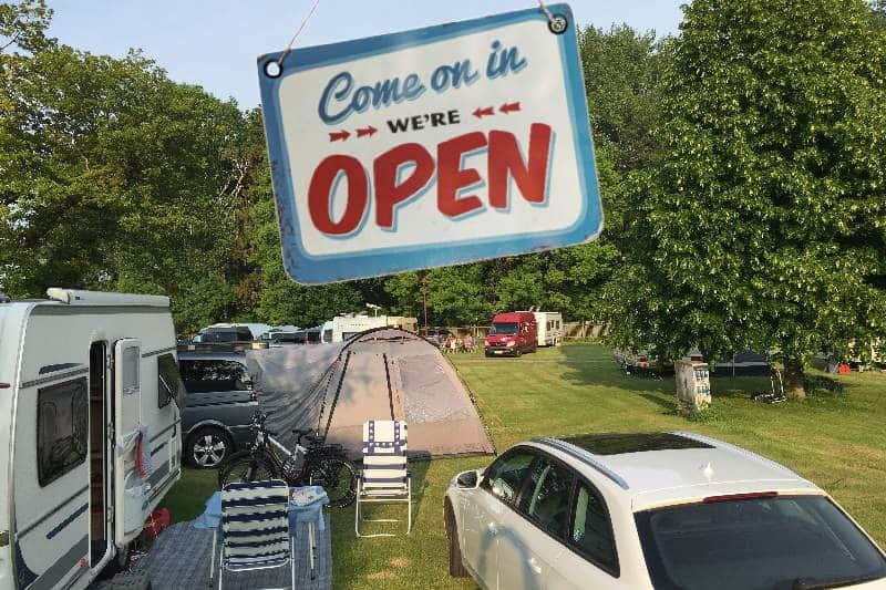 """Der Campingplatz Drei gleichen ist wieder offen. Platzansicht mit einem """"Open"""" Schild."""